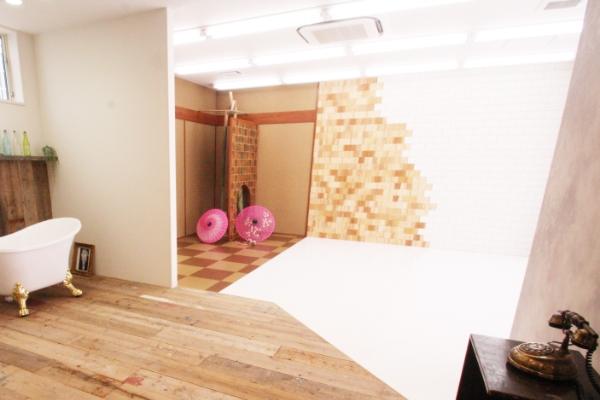 自然光の入るスタジオ内観写真